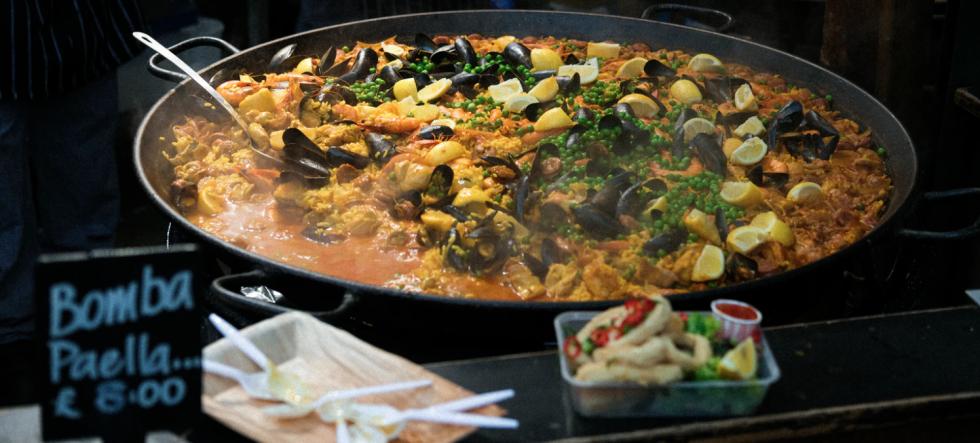 Jedzenie i napoje tańsze o połowę. Rząd W.Brytanii pomaga gastronomii.