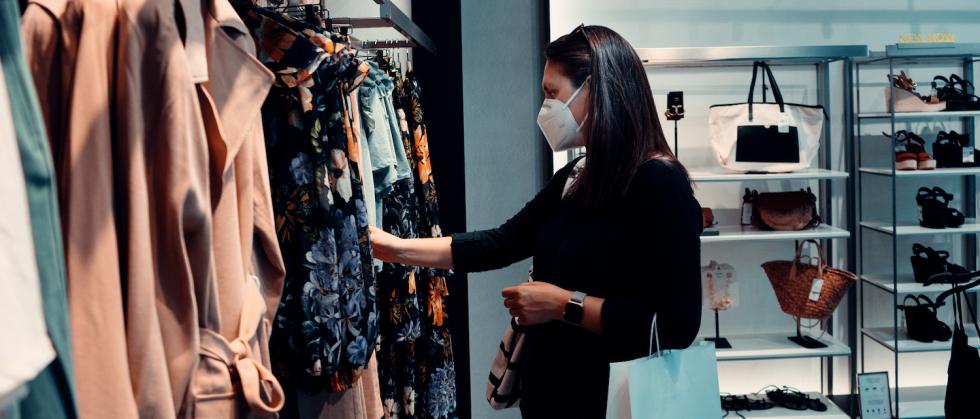 Od następnego weekendu mieszkańcy Wielkiej Brytanii będą musieli zakładać maseczki na twarz podczas robienia zakupów w sklepach