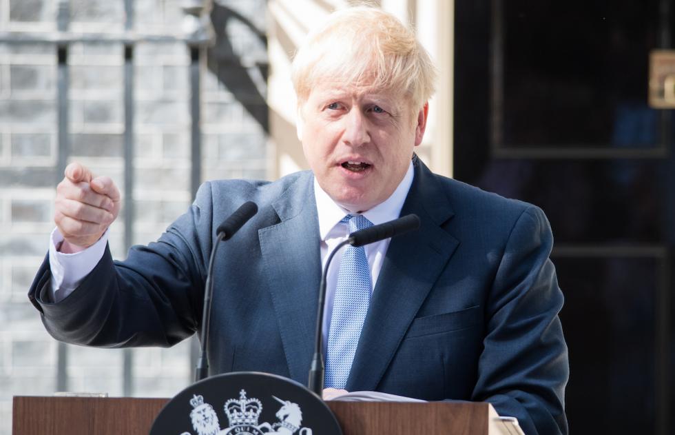 Mutacje Covid-19. Boris Johnson sugeruje nowe szczepienia jesienią.